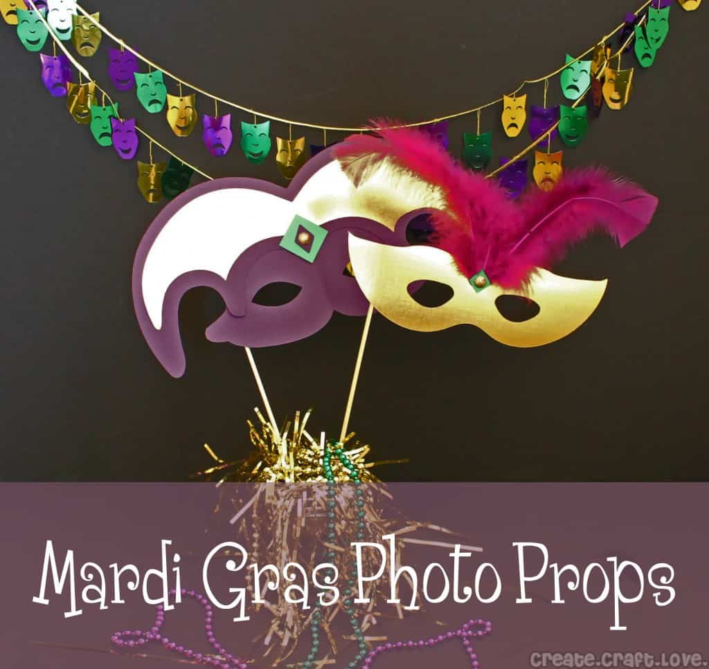 Mardi Gras Photo Props via createcraftlove.com #mardigras #photoprops