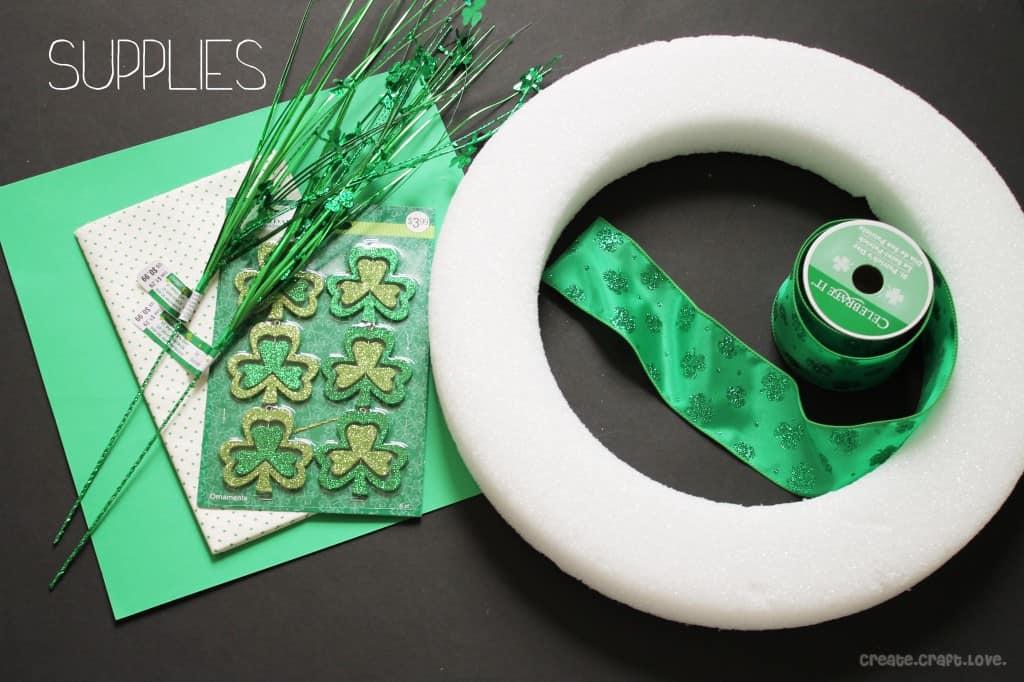 St. Patrick's Day Wreath via createcraftlove.com #stpatricksday #coloroftheyear #wreath