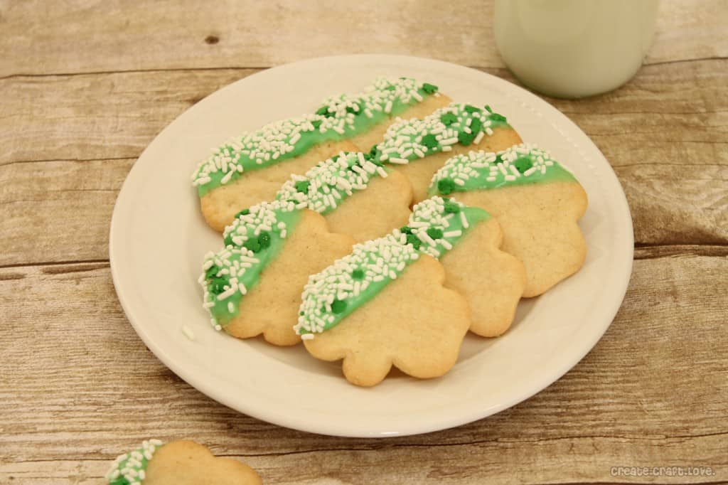 Icing Dipped Shamrock Cookies via createcraftlove.com #stpatricksday #cookies #recipes #baking