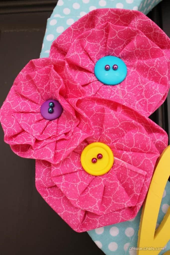 http://www.thecreativeheadquarters.com/2013/06/no-sew-fabric-flowers.html