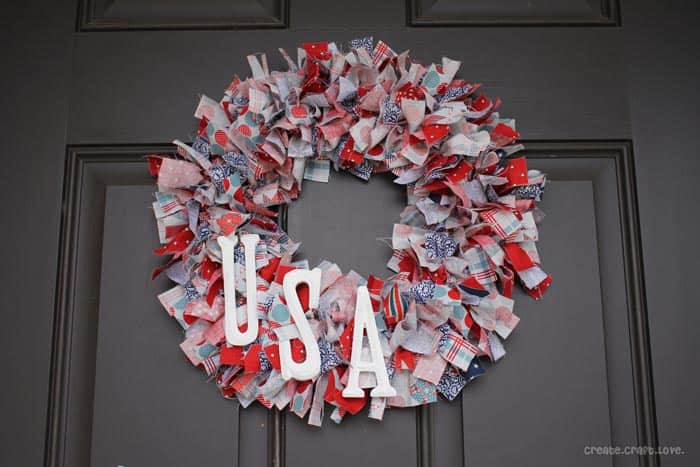 Stars and Stripes Rag Wreath via createcraftlove.com for TRR #4thofjuly #wreath #ragwreath #fabric