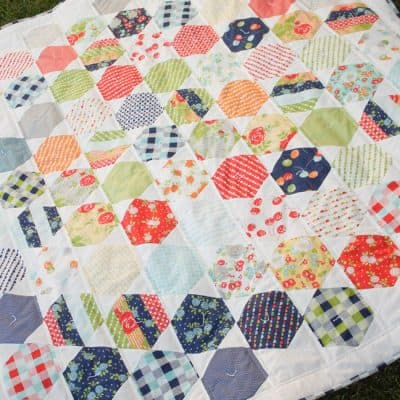 Happy Go Lucky Juggle Quilt via createcraftlove.com #quilting #hexagons #hexielove #sewing