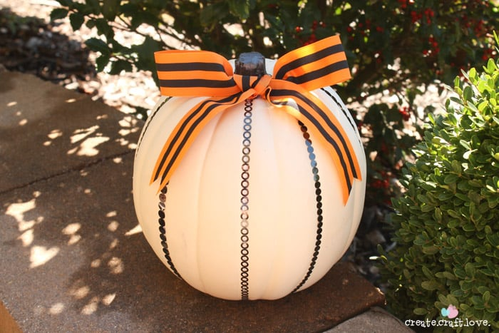 Create a timeless look with this Simple and Classy Pumpkin Update!  via createcraftlove.com #pumpkins #halloween