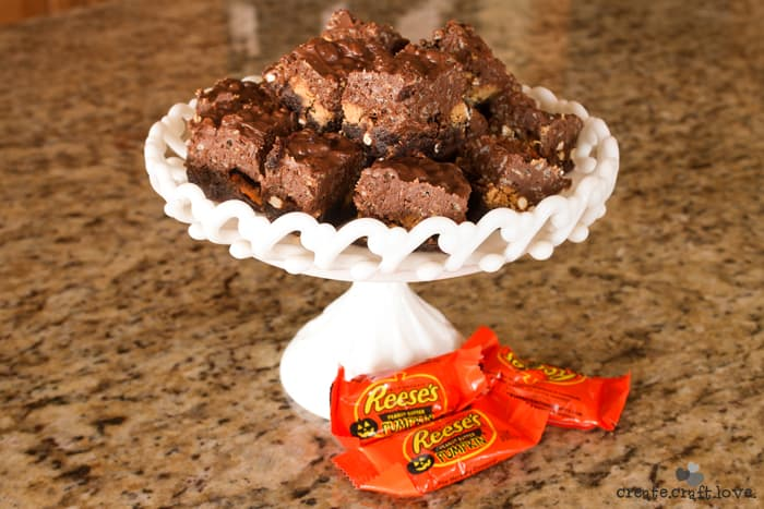Leftover PB cups? Try these PB Cup and Pretzel Brownies! #baking #halloweencandy #recipes