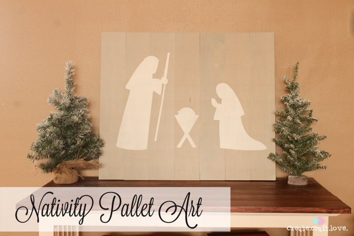 This Nativity Pallet Art reminds us the true meaning of the holiday season! #25daysofchristmas #pallet #nativityart
