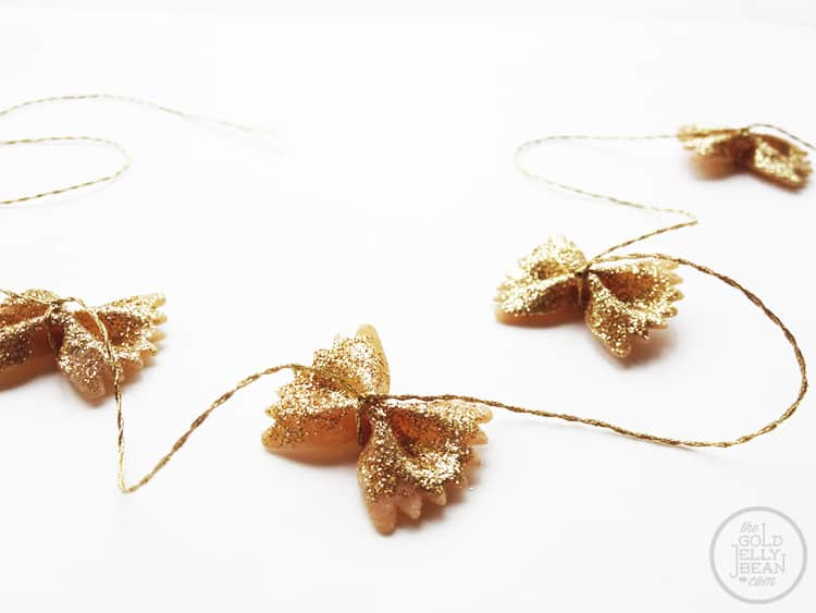 DIY-Bowtie-Pasta-Garland-for-Christmas_0005_via-www.thegoldjellybean
