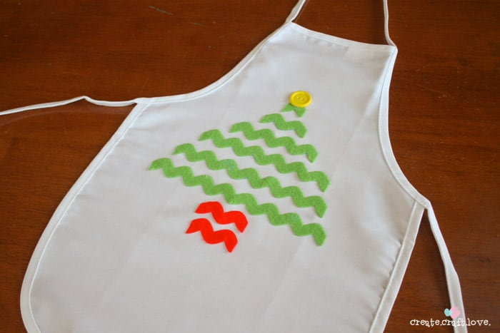 Keep the kids clothes clean during Christmas baking season with this adorable No Sew Christmas Kid's Apron! via createcraftlove.com #25daysofchristmas #nosew #kidsproject