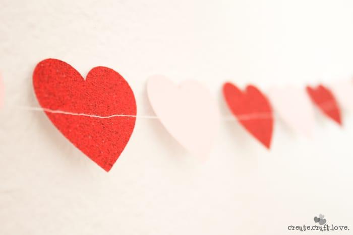 Three unique Ideas for Valentine Garland via createcraftlove.com #garland #valentinesday