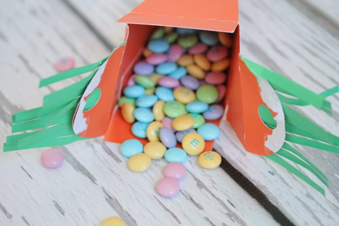 These Candy-Filled Paper Carrot Boxes would be perfect for your Easter Egg Hunt! #easter #papercrafts #easterideas
