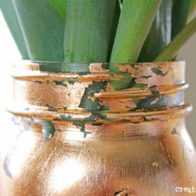 This Gold Leaf Mason Jar Vase is keeping with the trends this spring! #spring #gold #goldleaf #masonjars