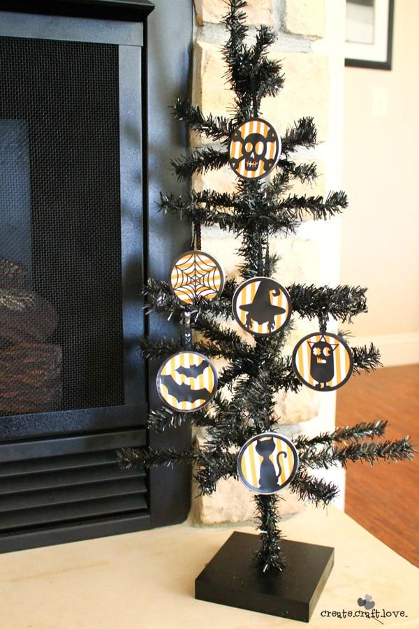 Mason Jar Halloween Ornaments via createcraftlove.com