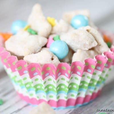 These Easter Muddy Buddies are a great Easter treat! via createcraftlove.com