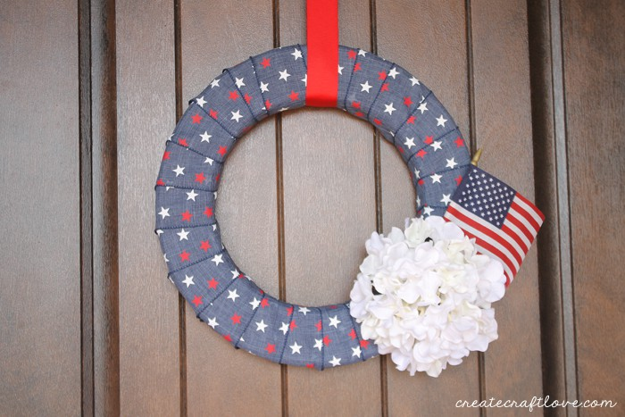 I love how my Simple Denim Fourth of July Wreath turned out! via createcraftlove.com