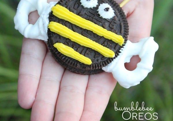 These No Bake Bumblebee Oreos are so easy to make! via createcraftlove.com