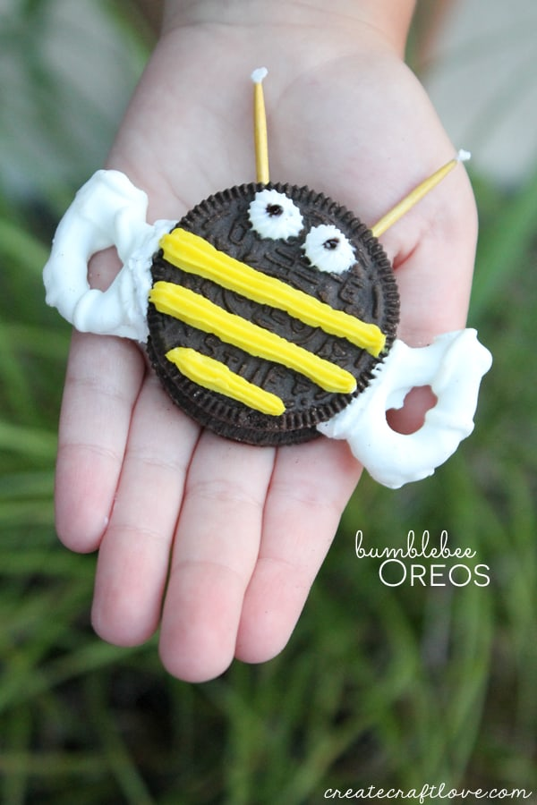 These No Bake Bumblebee Oreos are so easy to make! via createcraftlove.com