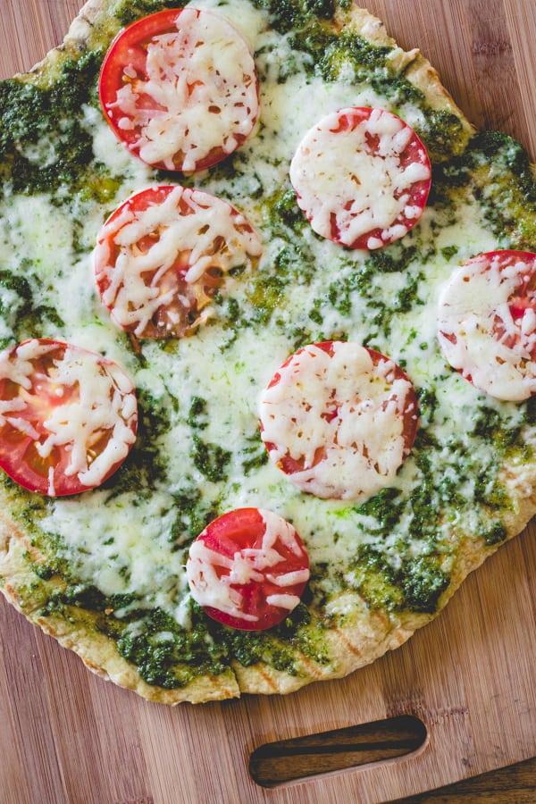 grilled-pesto-tomato-pizza-600-1