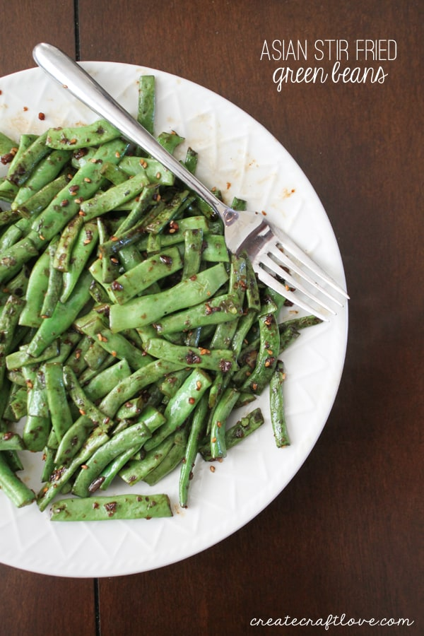 These Asian Stir Fried Green Beans are sure to be a hit with the whole family! via createcraftlove.com