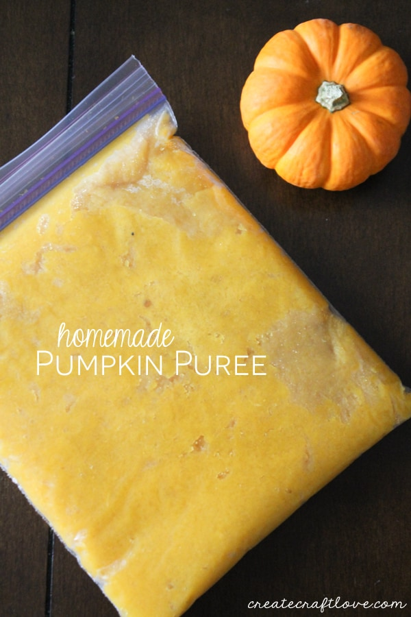 Make your own Homemade Pumpkin Puree for all of your pumpkin baking needs! via createcraftlove.com