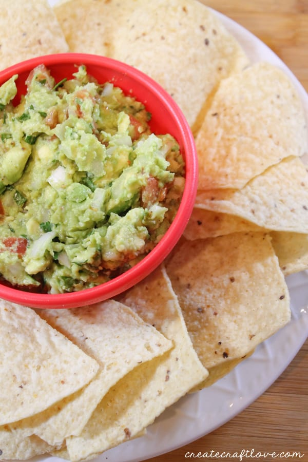 This Easy Guacamole Recipe is perfect for game day! via createcraftlove.com