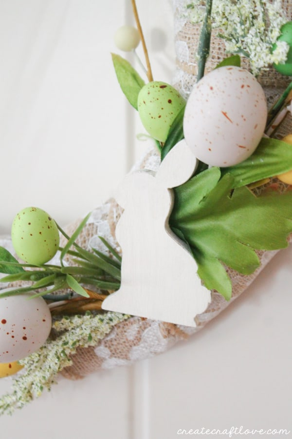 This Mini Easter Wreath is the perfect combination of elegance and simplicity! via createcraftlove.com
