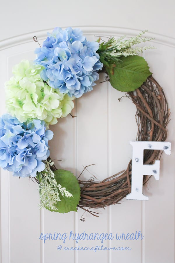 This Spring Hydrangea Wreath is sure to give you spring fever! via createcraftlove.com