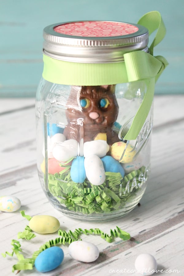 This Mason Jar Easter Treat puts a new twist on traditional Easter basket gifting! via createcraftlove.com