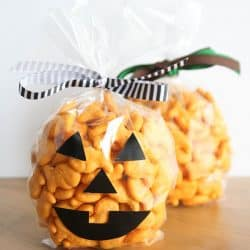 These Pumpkin Treat Bags are such a simple idea, I can't believe I didn't think of it sooner!
