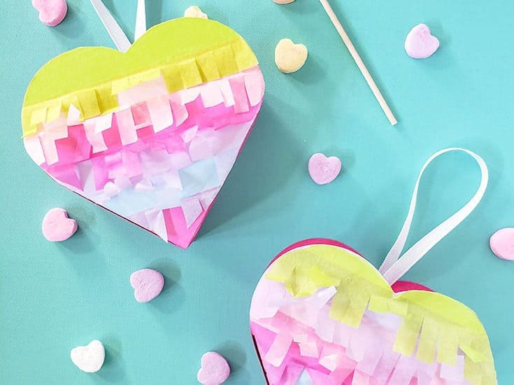 How cute are these Mini Heart Pinatas for Valentines Day? #cricut #papercrafts #pinatas #valentinesday #hearts