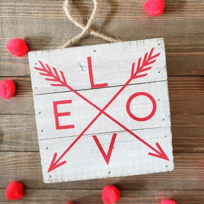 It's not too late to whip up this stunning Farmhouse Valentine Decor! #valentinesday #farmhousestyle #farmhousedecor #woodensign