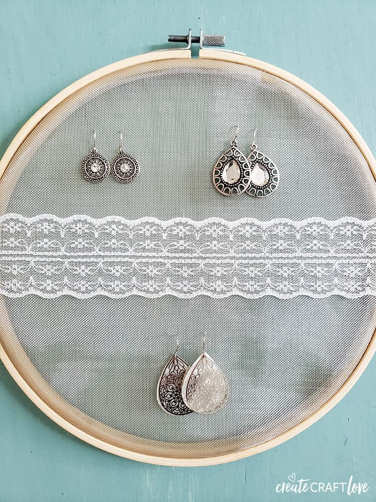 Embroidery Hoop Earring Holder #embroideryhoop #farmhousedecor #functionaldecor