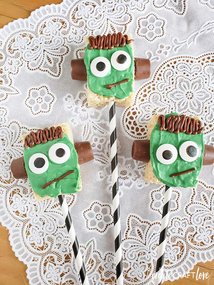 Lovin' these easy Frankenstein Rice Krispie Treats!  #halloweenrecipe #halloween
